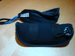 Säckchen und Etui, gut zu sehen auch die Gürtelschlaufen und der Einhänger